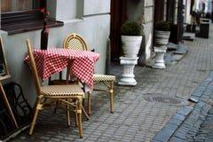 Une table avec des fleurs sur le dessus Photo libre de droits
