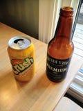 Une table avec deux uniquement boissons de Terre-Neuve, une bière de Quidi Vidi et un bruit d'écrasement assaisonné par ananas photos stock
