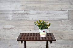 Une table avec le pot de fleurs Image libre de droits