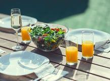 Une table avec un repas pour une partie Images libres de droits