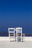 Une table basse avec une vue au-dessus de la caldeira dans Santorini Photographie stock