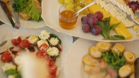 Une table de nourriture banque de vidéos