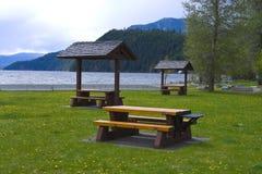 Une table de pique-nique avec la vue magnifique au lac Photographie stock libre de droits