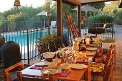 Une table de salle à manger un jour ensoleillé chaud Image stock
