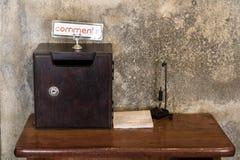 Une table de service avec la boîte et forme pour des commentaires photographie stock libre de droits