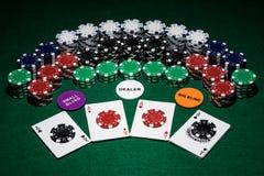 Une table de tisonnier avec des cartes, des puces et d'autres accessoires pour installer une nuit de jeu avec des amis, tout prés photos libres de droits