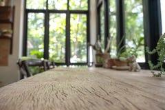 Une table en bois avec des pots de fleurs à l'arrière-plan Image libre de droits