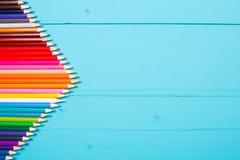 Une table en bois dans le bleu et des crayons colorés Vue de ci-avant horizontal images stock