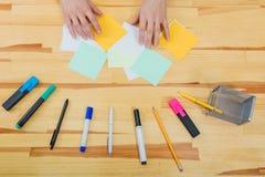 Une table en bois dans le bureau Il a un ordinateur portable, un stylo, marqueurs, crayons Vue supérieure avec l'espace de copie  photo libre de droits