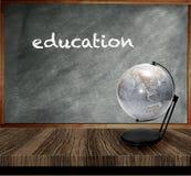 Une table en bois de tableau gris réserve vieux d'isolement par éducation de concept Image libre de droits