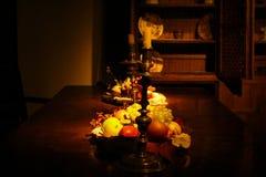 Une table en bois faiblement allumée photos libres de droits