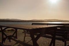 Une table et une plage et le soleil Photographie stock