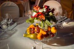 Une table a installé par un service de restauration dans un restaurant Photo stock