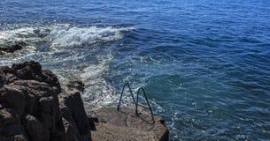 Une tache de natation au milieu des falaises sur l'île de la Madère photo stock