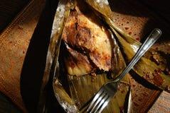 Une tamale de poulet avec de la sauce à taupe Photo stock