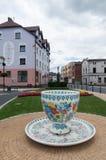 Une tasse énorme de gypse sur la place dans Gogolin, Silésie supérieure, près d'Opole Photo libre de droits