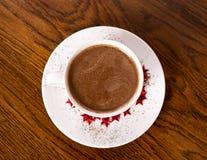 Une tasse avec du chocolat chaud Photo d'en haut images stock