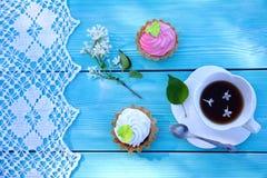 Une tasse blanche de thé, pâtisseries et dentelle de rose et blanches photographie stock