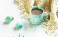 Une tasse bleue avec du cacao et des macarons images stock