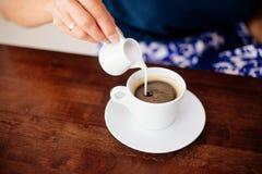 Une tasse d'americano et de lait séparément photographie stock libre de droits
