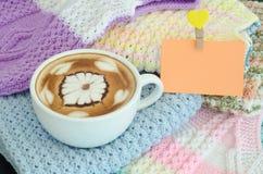 Une tasse d'art de latte photographie stock libre de droits
