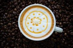 Une tasse d'art de latte image libre de droits