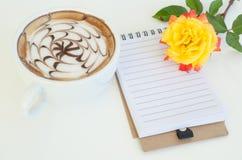 Une tasse d'art de latte et s'est levée image libre de droits