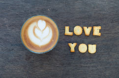Une tasse d'art et d'alphabet de latte Photos libres de droits