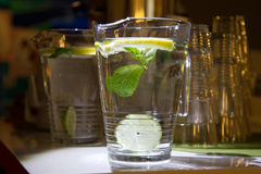 Une tasse d'eau douce avec le citron Image stock