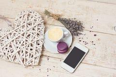 Une tasse d'expresso de café, macaron Photos stock