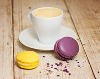 Une tasse d'expresso et de macaron de café Photographie stock libre de droits