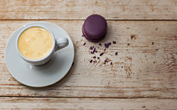 Une tasse d'expresso et de macaron de café Photo stock