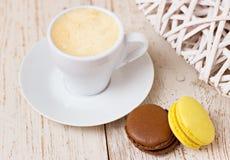 Une tasse d'expresso et de macaron de café Images libres de droits