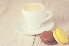 Une tasse d'expresso et de macaron de café Image stock