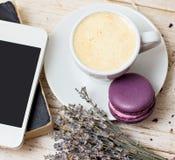 Une tasse d'expresso et de macaron de café Images stock