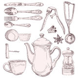 Une tasse d'ustensiles de cuisine de thé et de vintage Photo libre de droits