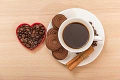 Une tasse de biscuits de café noir et de chocolat Images libres de droits