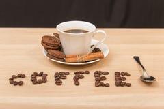 Une tasse de biscuits de café noir et de chocolat Image libre de droits