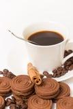 Une tasse de biscuits de café noir et de chocolat Photographie stock libre de droits