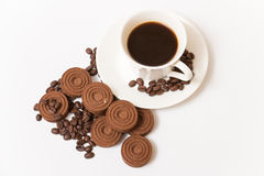 Une tasse de biscuits de café noir et de chocolat Photos stock