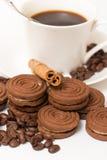 Une tasse de biscuits de café noir et de chocolat Photos libres de droits