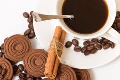 Une tasse de biscuits de café noir et de chocolat Image stock
