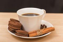 Une tasse de biscuits de café noir et de chocolat Photos stock
