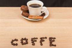 Une tasse de biscuits de café noir et de chocolat Photo libre de droits