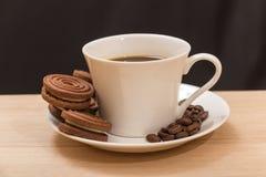 Une tasse de biscuits de café noir et de chocolat Images stock