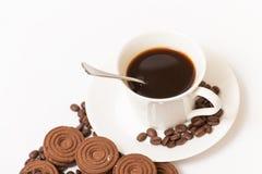 Une tasse de biscuits de café noir et de chocolat Photo stock