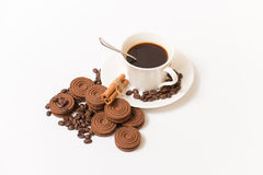Une tasse de biscuits de café noir et de chocolat Photo stock