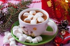 Une tasse de cacao avec des guimauves sur le fond rose Photo stock