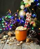 Une tasse de cacao chaud de Noël avec des lumières du ` s de nouvelle année de guimauve et des décorations, foyer sélectif Images libres de droits