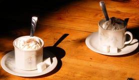 Une tasse de café au printemps Photographie stock libre de droits